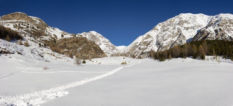 Paisaje de la montaña del invierno Snowshoeing en el valle de Aosta, Italia fotografía de archivo