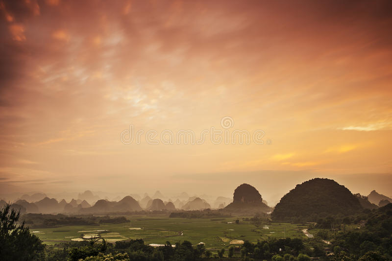 Paisaje de la montaña del karst imagen de archivo