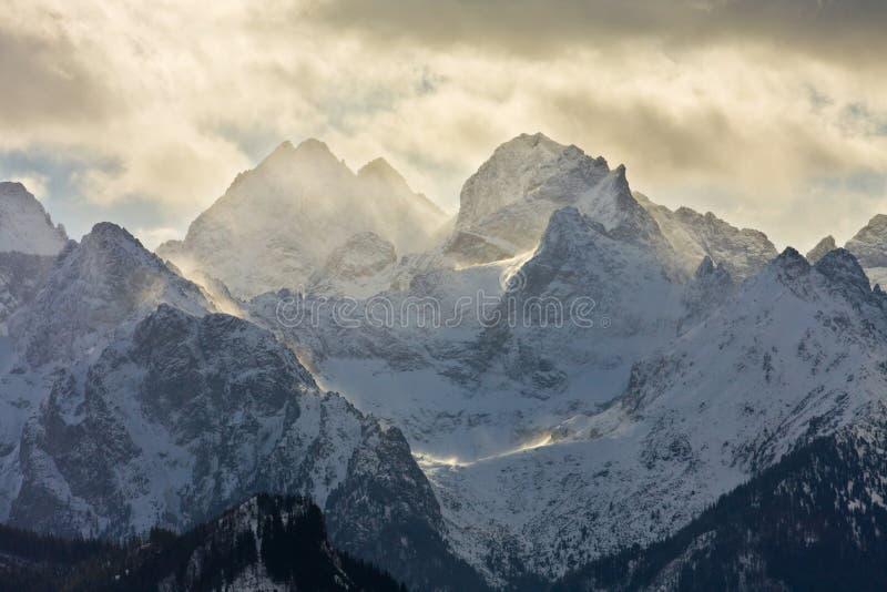 Paisaje de la montaña del misterio, Tatry, Polonia imagenes de archivo