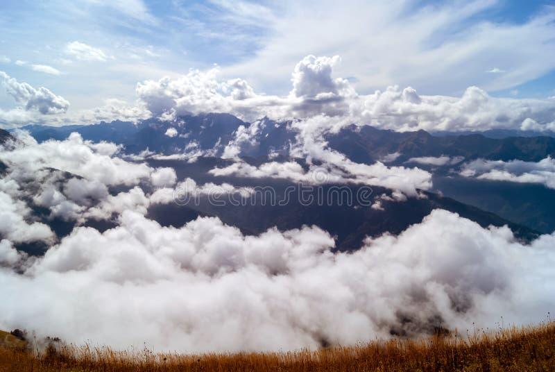 Paisaje de la montaña del otoño del Cáucaso imágenes de archivo libres de regalías