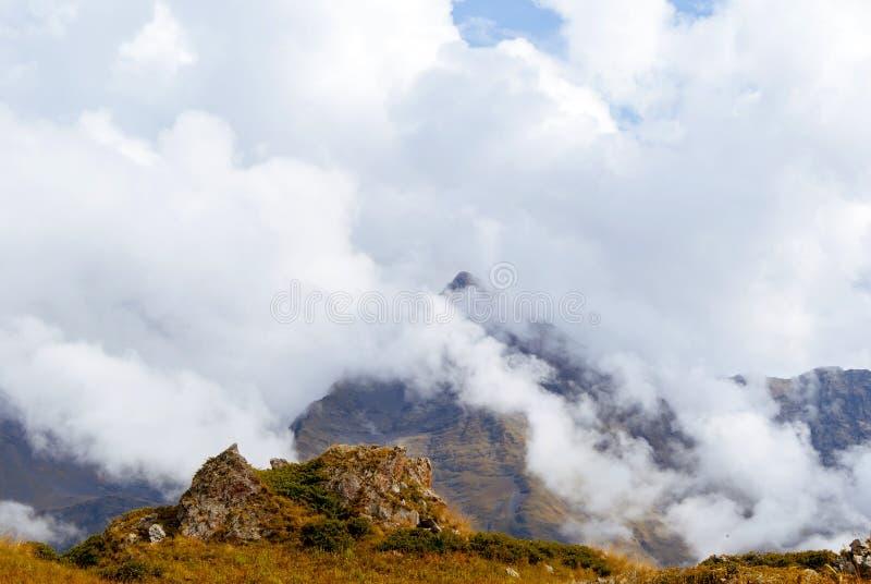 Paisaje de la montaña del otoño del Cáucaso imagen de archivo libre de regalías