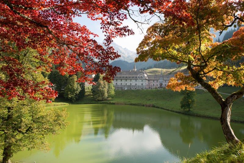 Paisaje de la montaña del otoño en las montañas francesas con el monasterio fotografía de archivo