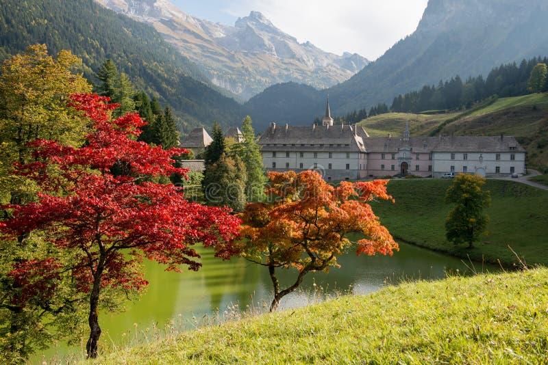 Paisaje de la montaña del otoño en las montañas francesas con el monasterio imagen de archivo