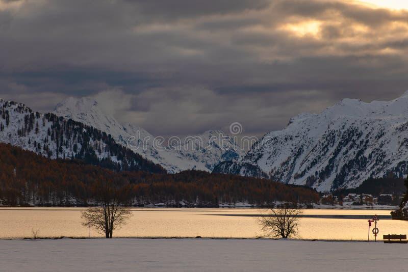 Paisaje de la montaña del otoño en un lago en el valle de Engadine en TW foto de archivo