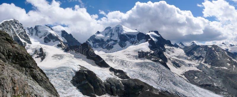 Paisaje de la montaña del panorama de la cordillera de Bernina en Suiza en un día de verano magnífico fotos de archivo libres de regalías