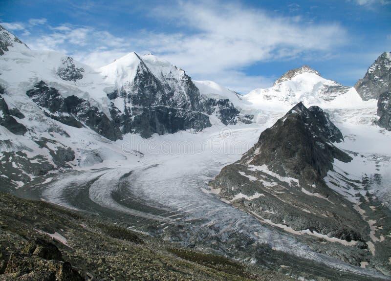 Paisaje de la montaña del panorama del valle de Zinal en las montañas suizas imagen de archivo