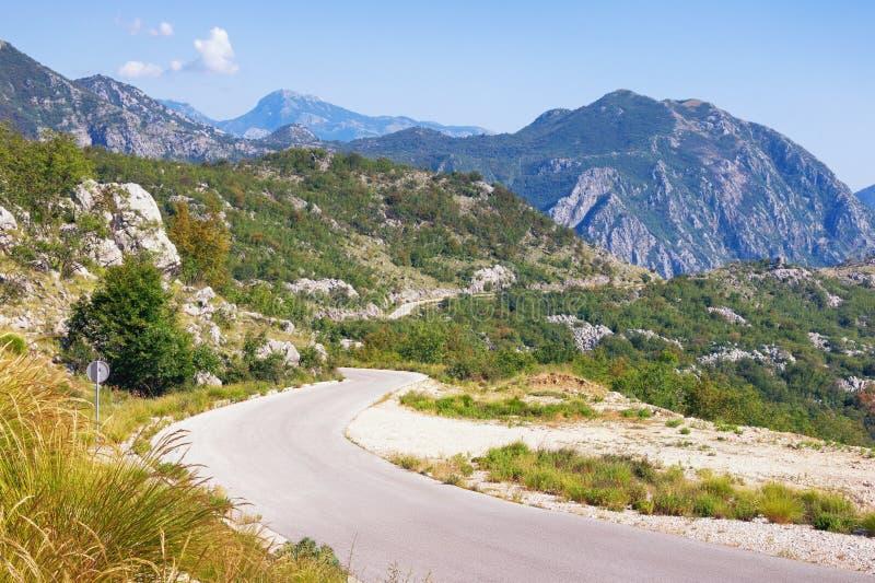 Paisaje de la montaña del verano con una carretera nacional de la bobina montenegro foto de archivo libre de regalías