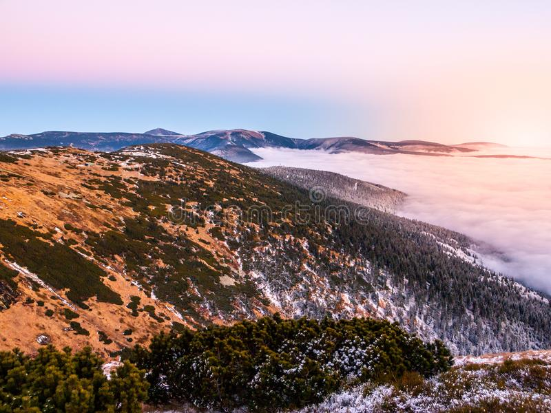 Paisaje de la montaña en el tiempo de la puesta del sol Tarde de Freezy e inversión del tiempo, montañas gigantes, aka Krkonose,  foto de archivo libre de regalías