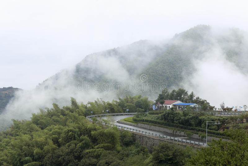Paisaje de la montaña en la lluvia y la niebla imágenes de archivo libres de regalías