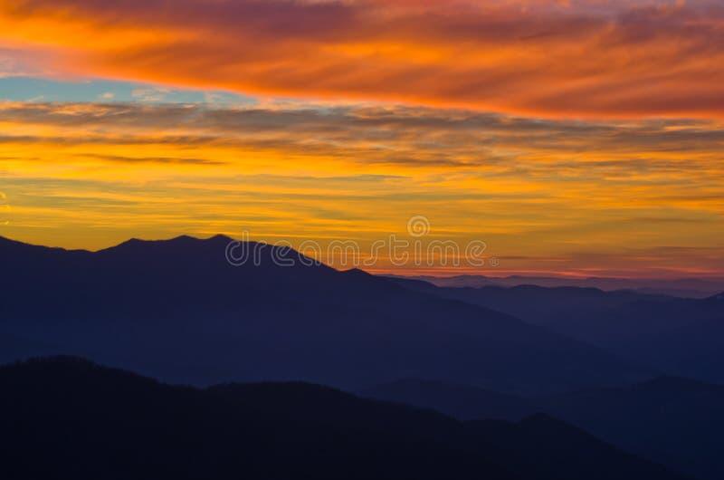Paisaje de la montaña en la primavera temprana después de la puesta del sol, soporte Stolovi imagen de archivo libre de regalías