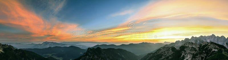 Paisaje de la montaña en la puesta del sol en Julian Alps Opinión asombrosa sobre las nubes coloridas y las montañas acodadas imagen de archivo