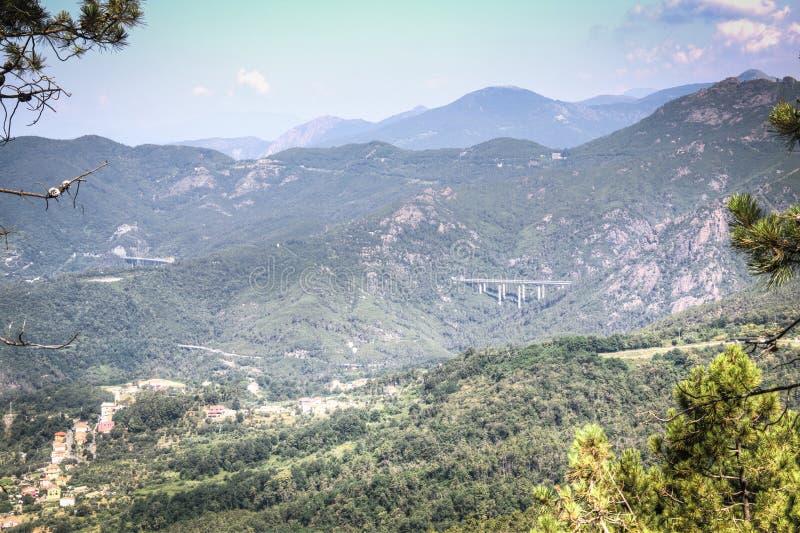 Paisaje de la montaña en Liguria, Italia fotos de archivo