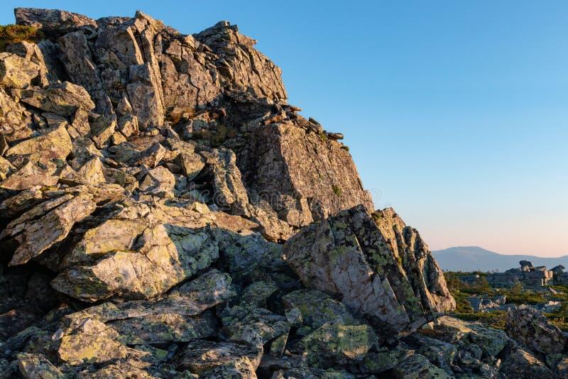 Paisaje de la montaña en los rayos del sol naciente imagen de archivo libre de regalías