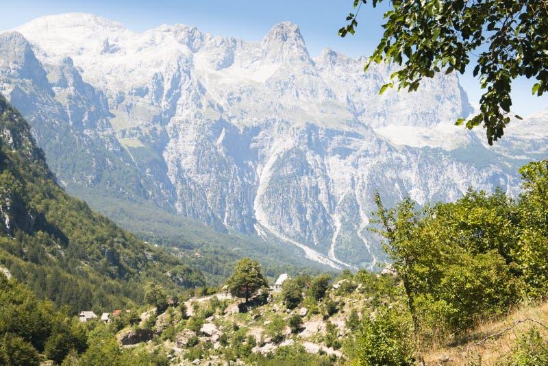 Paisaje de la montaña en Theth, Albania fotografía de archivo