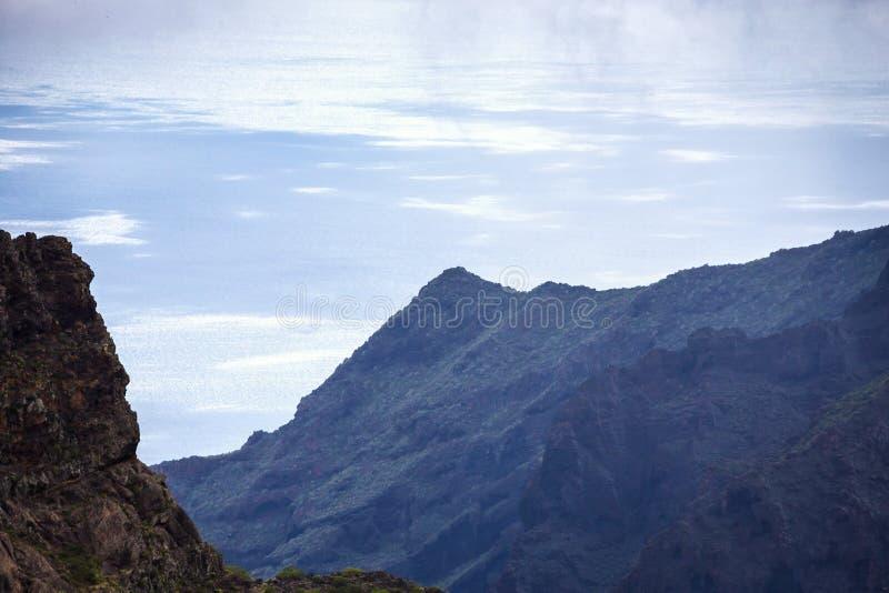 Paisaje de la montaña de la garganta de Masca Hermosas vistas de la costa con los pequeños pueblos en Tenerife, islas Canarias imagen de archivo libre de regalías