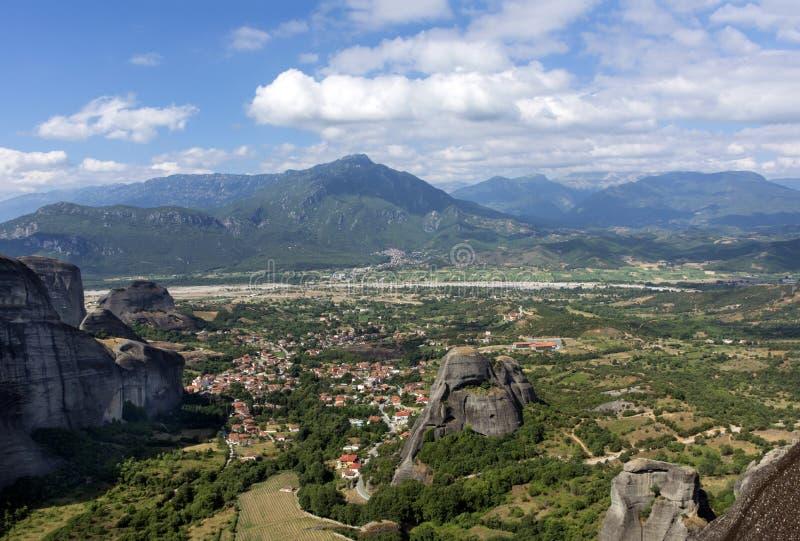 Paisaje de la montaña, Grecia, Thessaly, meteoritos, pueblo griego en valle de la montaña fotos de archivo