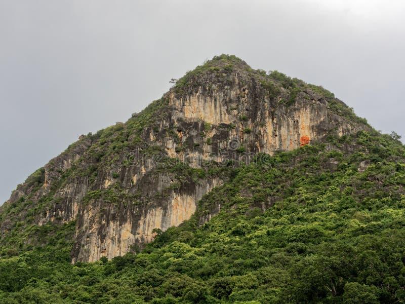 Paisaje de la montaña de Khao Lom Muak cerca de la bahía del Ao Manao en la provincia de Prachuap Khiri Khan, Tailandia imágenes de archivo libres de regalías