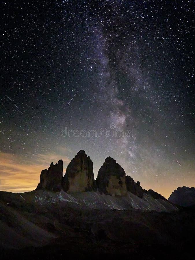 Paisaje de la montaña de las montañas con el cielo nocturno y la manera Tre Cime di Lavaredo de Mliky fotos de archivo libres de regalías