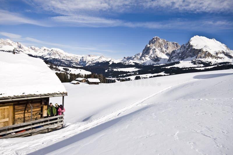 Paisaje de la montaña, nieve, chalet fotografía de archivo