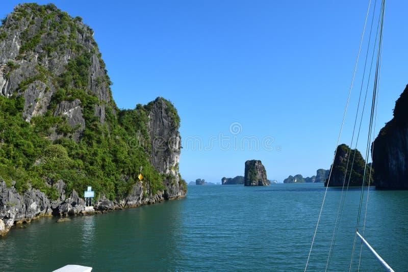 Paisaje de la montaña de la piedra caliza en la bahía de Halong, Vietnam del norte Destinaci?n del recorrido imágenes de archivo libres de regalías