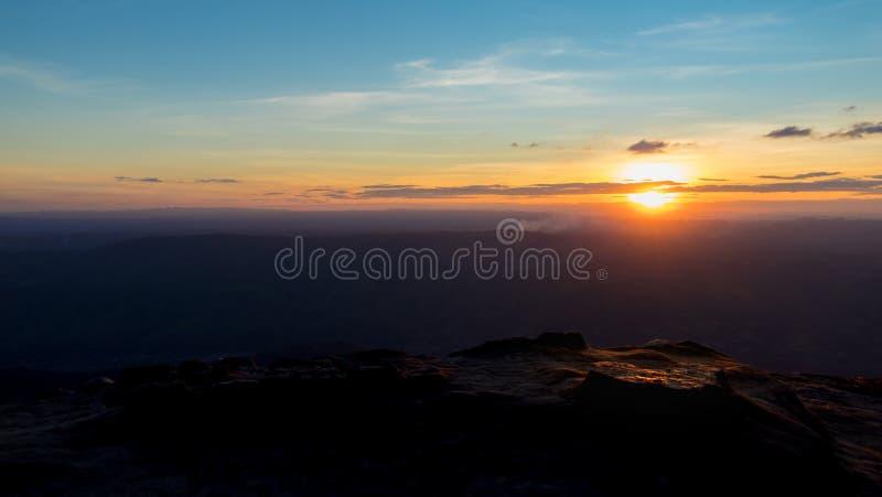 Paisaje de la montaña de la puesta del sol, puesta del sol colorida sobre las colinas de la montaña imágenes de archivo libres de regalías