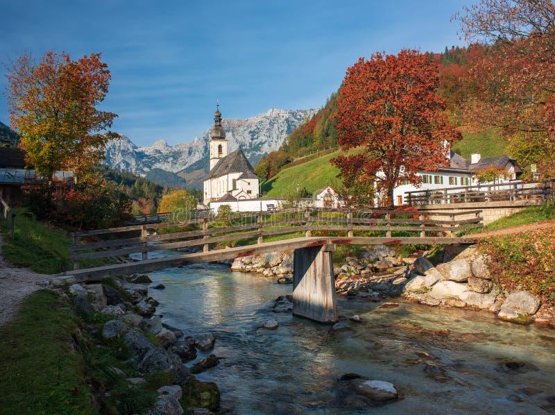 Paisaje de la montaña que sorprende en las montañas bávaras Pueblo en el día soleado del otoño, Baviera, Alemania de Berchtesgade imagen de archivo