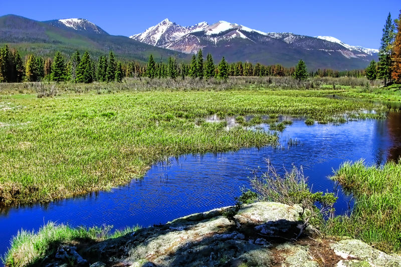 Paisaje de la montaña rocosa con el río fotografía de archivo
