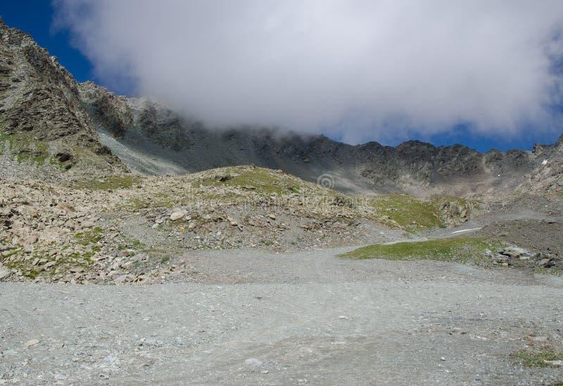 Paisaje de la montaña y de la nube dramática fotografía de archivo