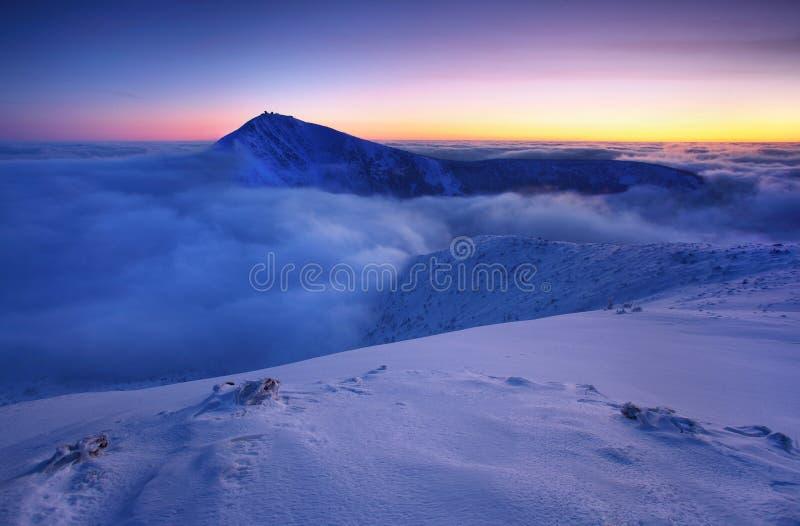 Paisaje de la monta?a del invierno con niebla en las monta?as gigantes en la frontera polaca y checa - parque nacional de Karkono foto de archivo