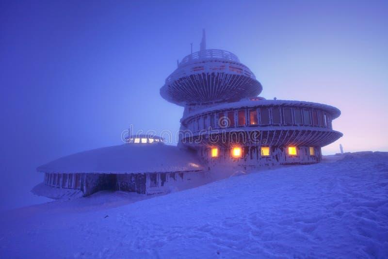 Paisaje de la monta?a del invierno con niebla en las monta?as gigantes en la frontera polaca y checa - parque nacional de Karkono imagen de archivo libre de regalías