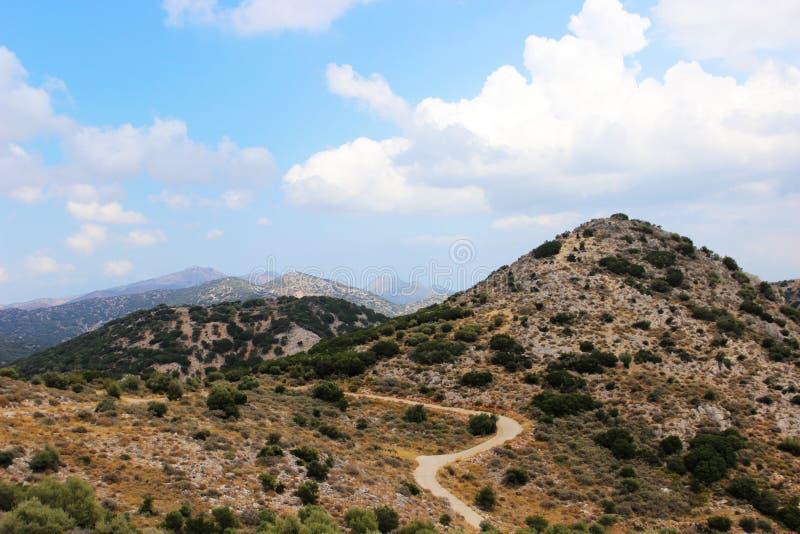 Paisaje de la monta?a Serpentina del camino entre las montañas crete Grecia fotos de archivo