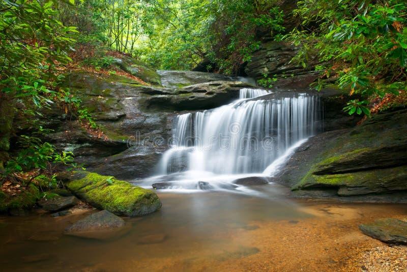 Paisaje de la naturaleza de las cascadas en Ridge azul imagen de archivo