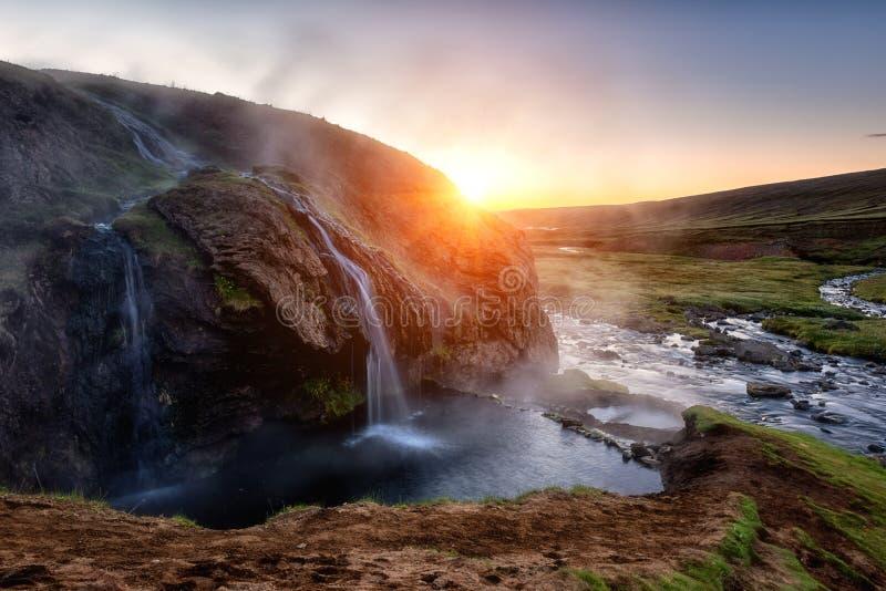 Paisaje de la naturaleza que sorprende, aguas termales en la puesta del sol, Islandia de Laugarvallardalur Área geotérmica con el imagen de archivo libre de regalías