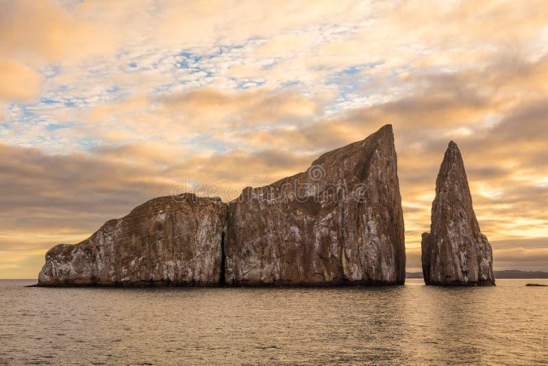 Paisaje de la naturaleza de la roca del golpeador de las Islas Galápagos - señal icónica y destino turístico foto de archivo