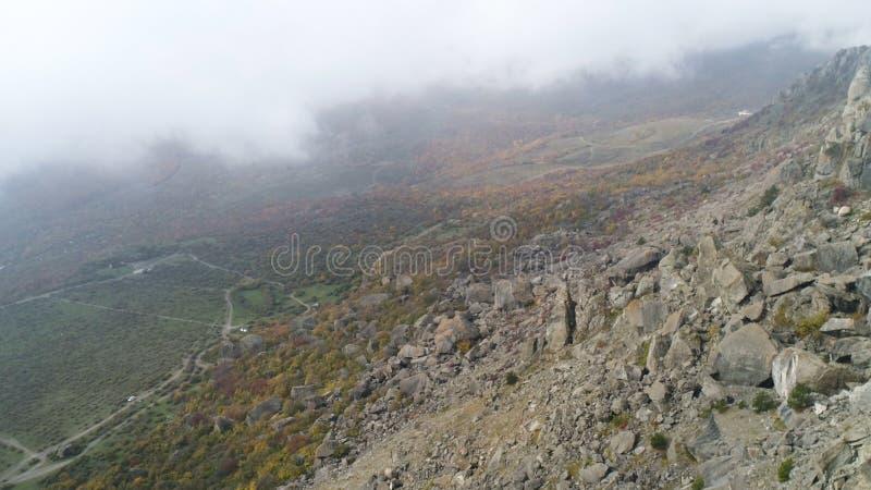 Paisaje de la naturaleza, visión desde arriba de la colina en el valle amarillo y verde en niebla gruesa tiro Antena para la cues fotografía de archivo