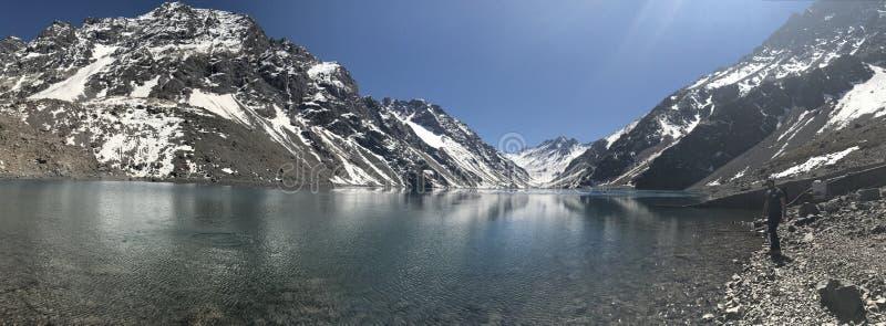 Paisaje de la nieve y de la laguna de la montaña en Santiago, Chile fotos de archivo