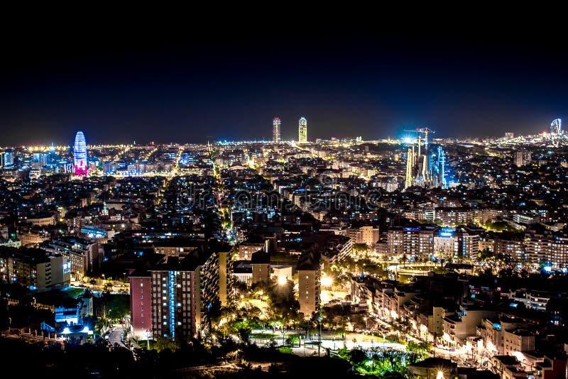 Paisaje de la noche de Barcelona con las luces fotografía de archivo