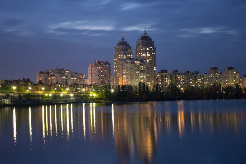 Paisaje de la noche de la ciudad foto de archivo