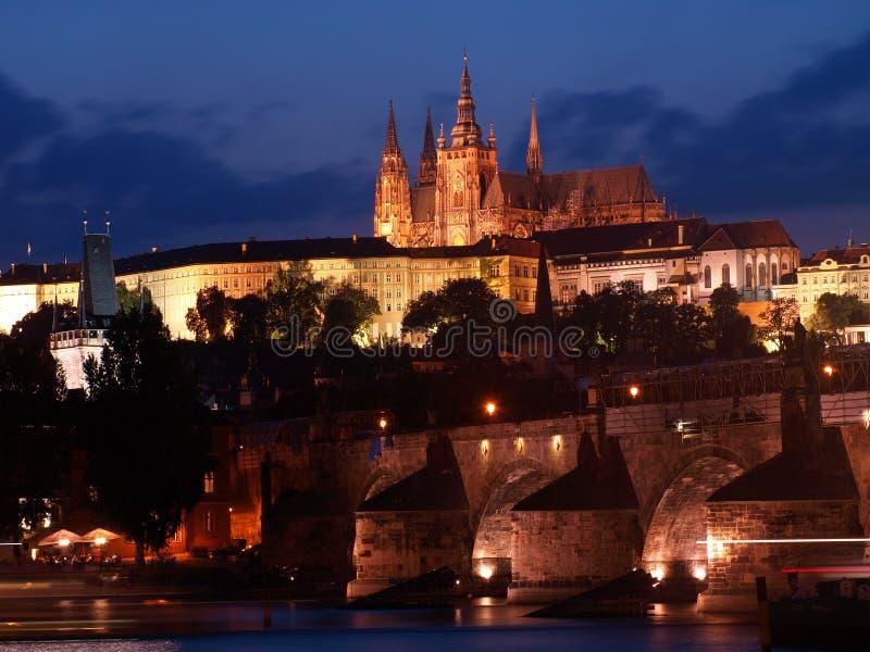 Paisaje de la noche con Charles Bridge y el santo Vitus de la catedral en Praga, República Checa fotos de archivo libres de regalías