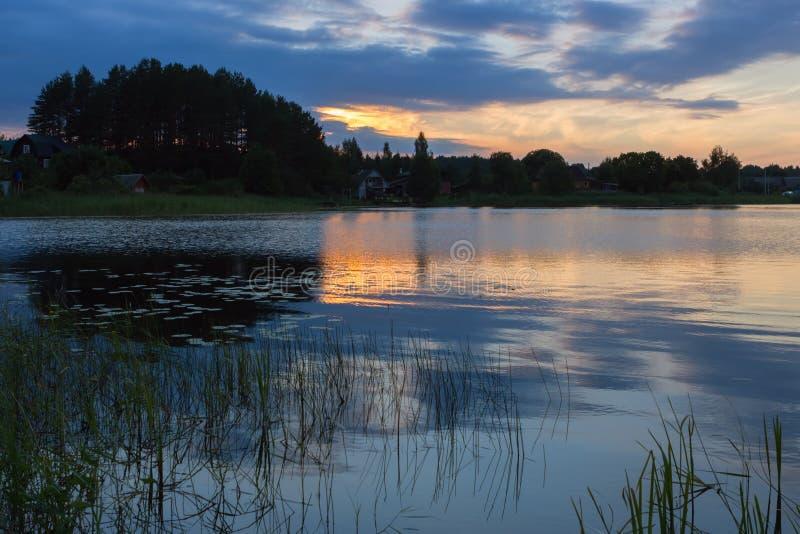 Paisaje de la noche con el lago después de la puesta del sol imagen de archivo libre de regalías