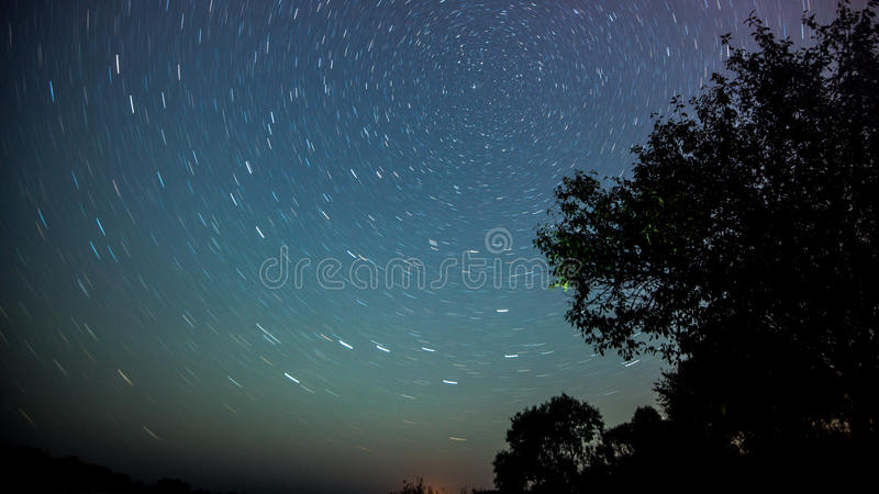 Paisaje de la noche con la vía láctea colorida y luz ámbar en las montañas Cielo estrellado con las colinas en el verano Hermoso fotos de archivo