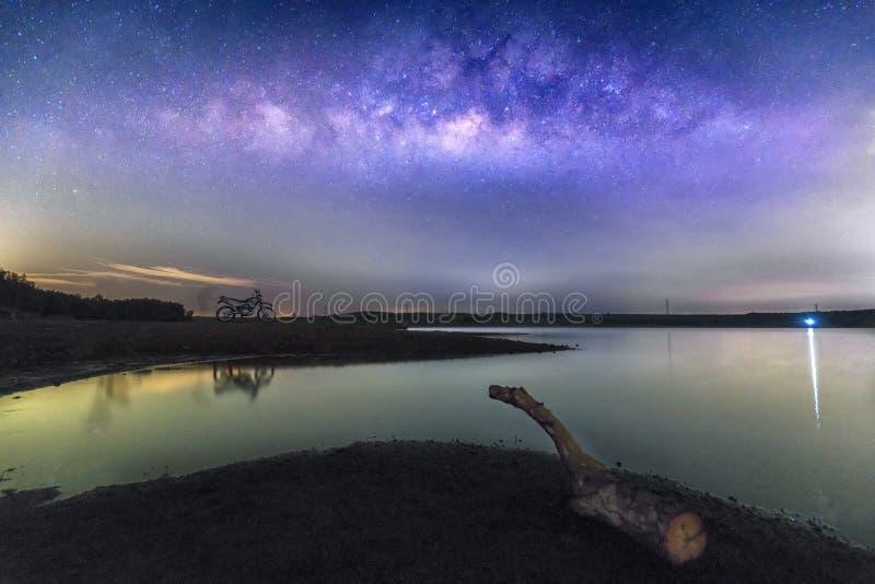 Paisaje de la noche con la vía láctea en el cielo fotos de archivo