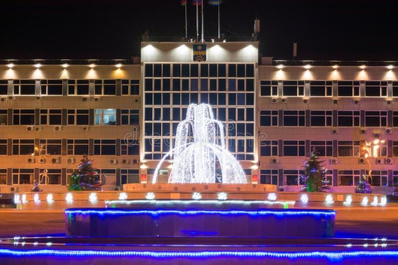 Paisaje de la noche con vistas a la administración de la ciudad del centro turístico de Anapa y de la fuente adentro imagen de archivo libre de regalías