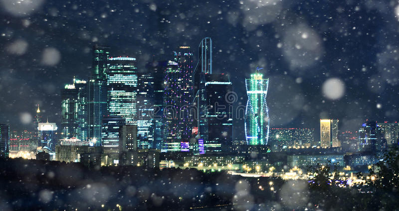 paisaje de la noche de la Moscú-ciudad brillante imagenes de archivo