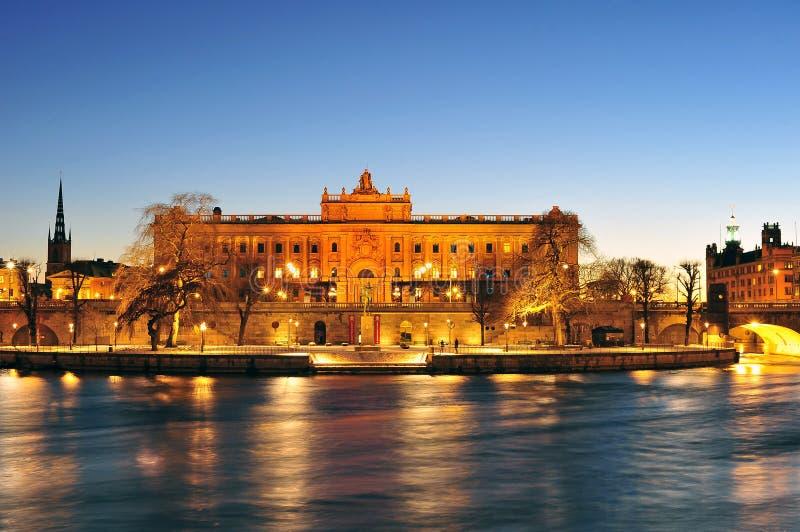 Paisaje de la noche de Royal Palace en la ciudad vieja (Gamla Stan) i imagen de archivo
