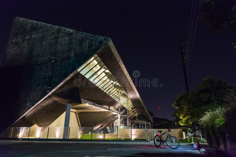 Paisaje de la noche del edificio contemporáneo imagenes de archivo