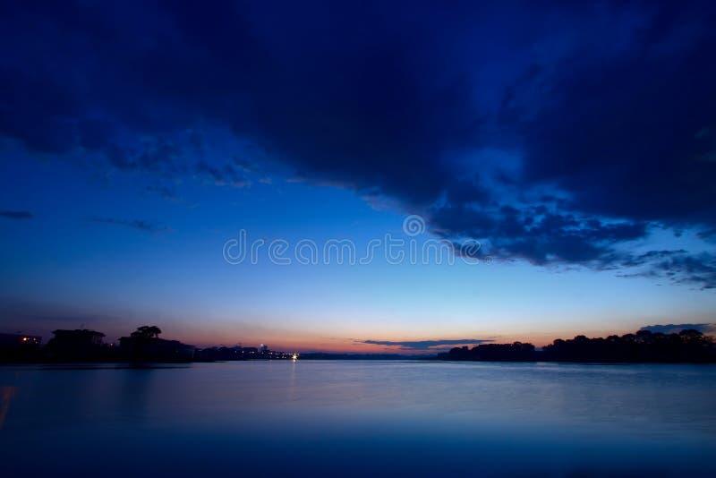 Paisaje De La Noche Del Río Imagen De Archivo Gratis