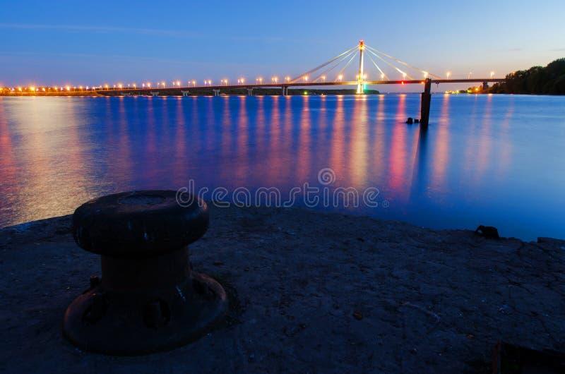 Paisaje de la noche del río foto de archivo