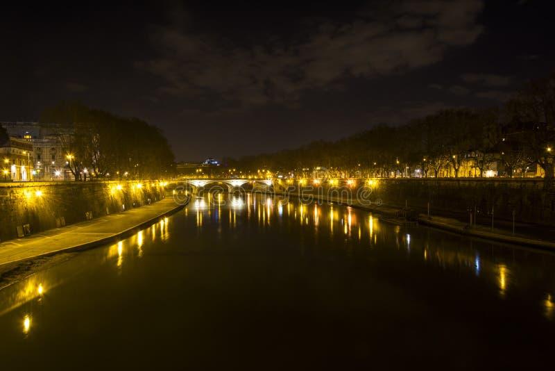 Paisaje de la noche en el Tíber en Roma imagen de archivo