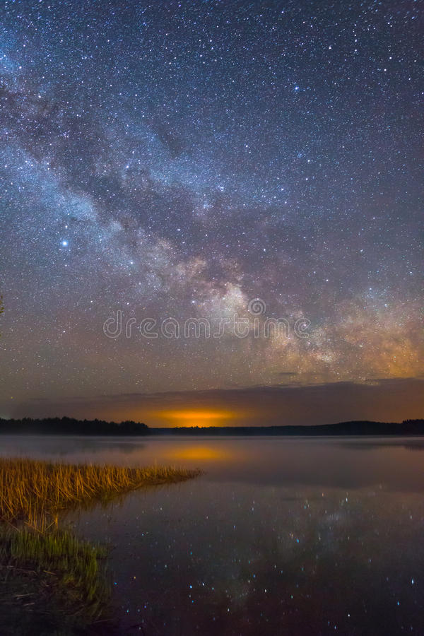 Paisaje de la noche estrellada fotos de archivo